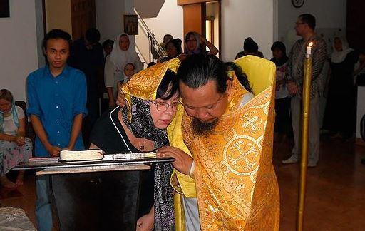 Fr Joasaph Tandibilang hearing confession